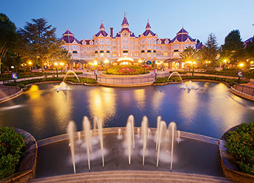 "<p><span style=""font-size: 0.9em;"">Find out more<br />about the different<br /><span style=""font-size: 1.1em;""><strong>Disney® HOTELS</strong></span><br />at Disneyland® Paris</span></p>"
